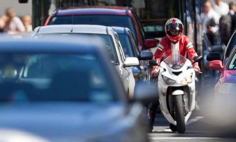 574259 5 grandes ventajas moto frente coche - La DGT permitirá a las motos circular por el arcén cuando haya atasco