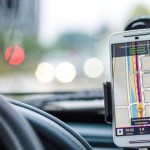La DGT aclara cómo aplicará la nueva multa de 200 euros y 6 puntos por llevar el teléfono móvil en el coche