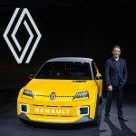 31 2021 Renault 5 Prototype and Gilles VIDAL designer scaled - Renault recupera el Renault 5 como un vehículo eléctrico