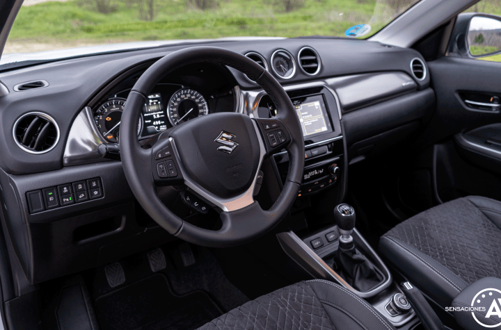 Salpicadero vista izquierda Suzuki Vitara - Prueba Suzuki Vitara GLX 4x4 Mild Hybrid: Un 4x4 honesto muy capaz