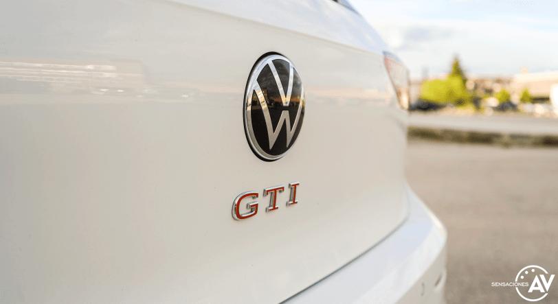 Logo GTI maletero Volkswagen Golf GTI - Prueba Volkswagen Golf 8 GTI 245 CV DSG: Una bomba divertida, polivalente y racional