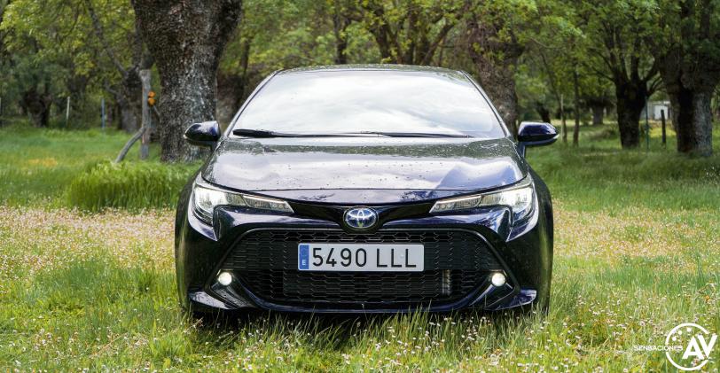 Frontal con luces Toyota Corolla - Prueba Toyota Corolla Active Tech 125H 2021: ¿El candidato perfecto? ¿Un Golf Killer?