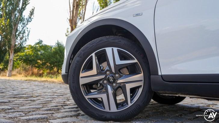 Rueda delantera izquierda con logo 48 v Hyundai Bayon - Prueba Hyundai Bayon 1.0 TGDi 48 V 100 CV AT Tecno: ¿El nuevo rey del segmento B-SUV?