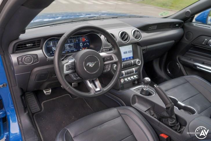 Salpicadero vista lateral izquierda Ford Mustang - Prueba Ford Mustang GT Fastback 2021: Puro músculo. ¡Que Dios bendiga a América!