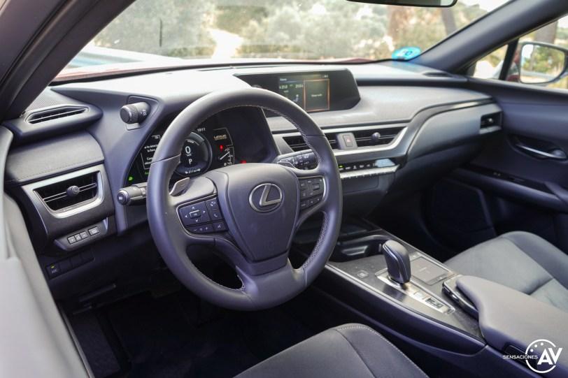 Sapicadero vista izquierda puerta cerrada Lexus UX 300e - Prueba Lexus UX 300e Business: Lujo, confort, garantía y electricidad todo en uno