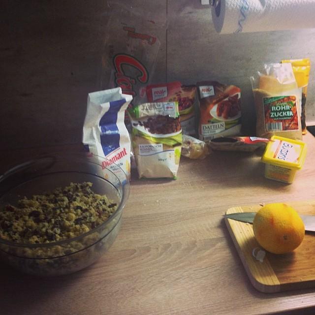 Bastele gerade Christmas Pudding nach Rezept von Herrn Oliver. Riecht immer #saulecker. - via Instagram