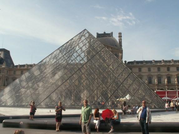 Die Glaspyramide im Louvre