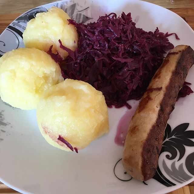Lunchtime! Bratwurst, Rotkohl und Kartoffelklöße <a rel=