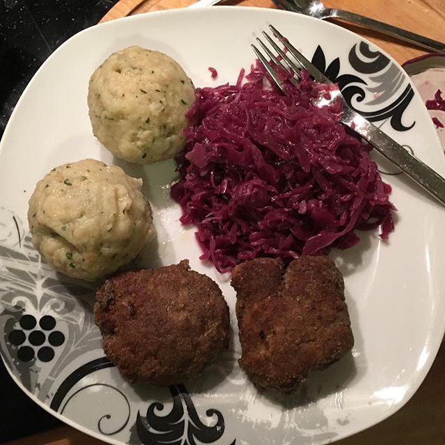 Buletten mit Semmelknödel und Rotkohl <a rel=
