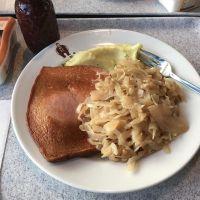 Leberkäse mit Kartoffelpüree und Sauerkraut #foodporn - via Instagram