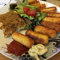 Schlemmerfilet mit Kroketten und Salat #foodporn - via Instagram