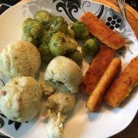 Knödel, Rosenkohl, Fischstäbchen... was braucht der Mensch mehr... #foodporn - via Instagram