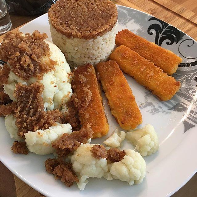 Wilder disziplinierter Reis, Blumenkohl und Fischstäbchen mit Bröseltopping <a rel=