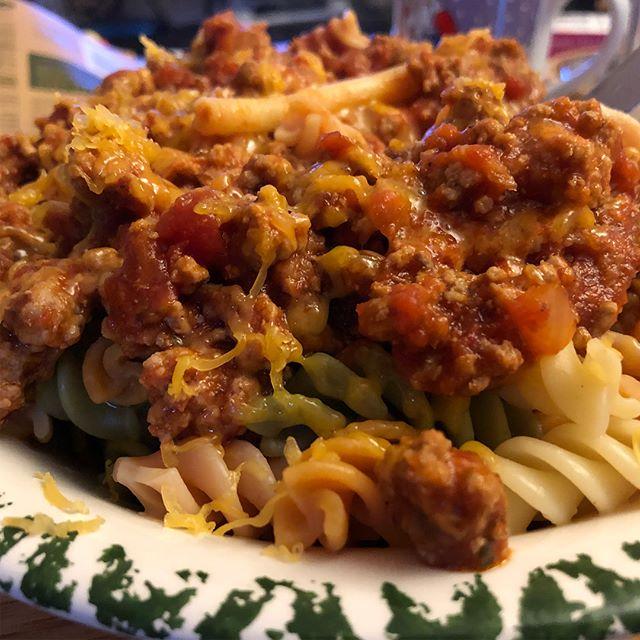 Pasta Tricolore mit Bolognese und Cheddar <a rel=