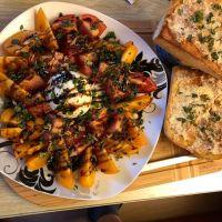 Bunte Tomaten, Burrata mit Basilikum und Knoblauch-Ciabatta (auf leider viel zu kleinen Teller) #italian #foodporn #dinner - via Instagram