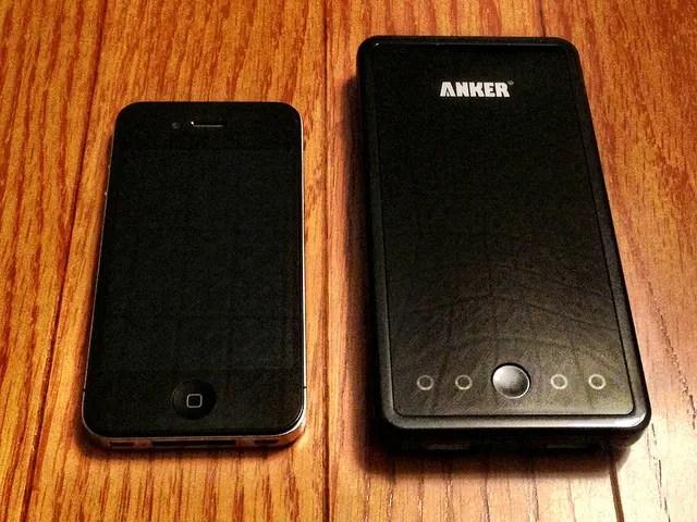 Anker Astro3E storleksjämförelse med iPhone. Lägg märke till lysdioderna på framsidan.