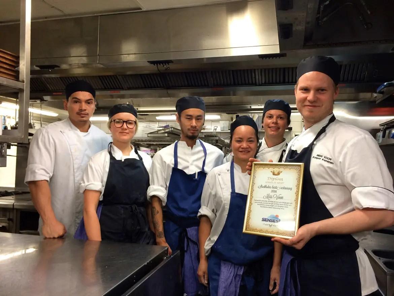 Köksmästarna på Miss Voon håller stolt upp senses.se:s utmärkelse för Stockholms Bästa Restaurang 2014