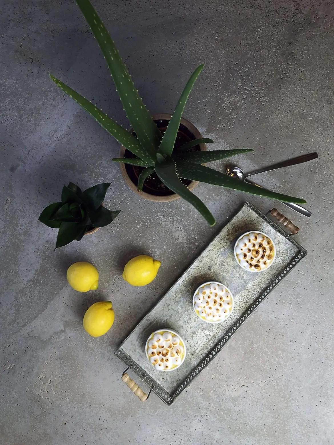 citroner, marängpaj, betongbord