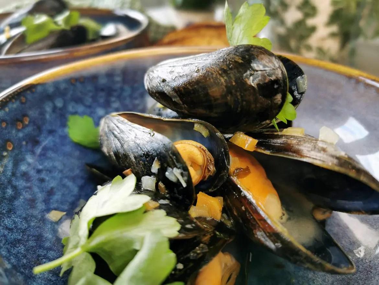 musslor kokta i vin med persilja, moules mariniéres