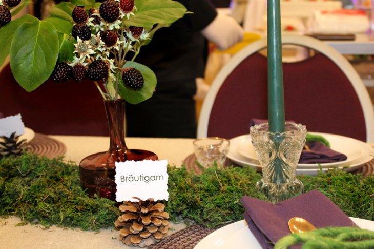 Namenskärtchen aus Tannenzapfen, bunte Vasen aus dem Trödelladen und Kerzenhalter aus Tante Hedwigs Schrank