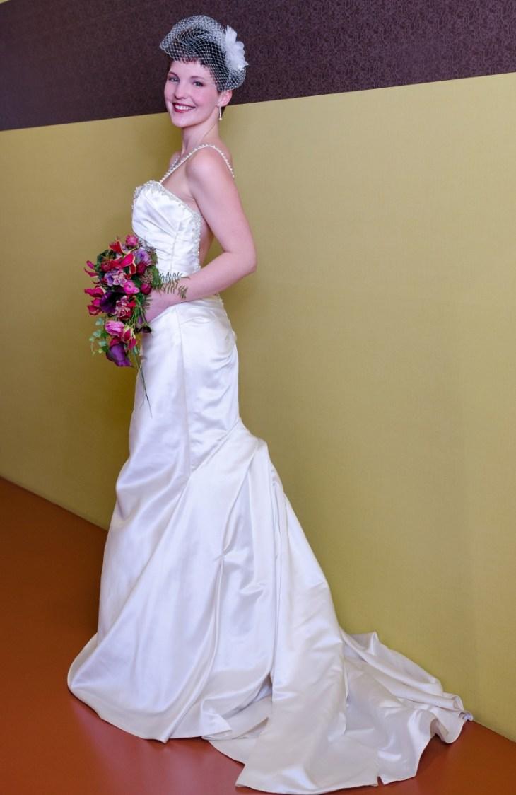Zu diesem Kleid passt der Wasserfall-Brautstrauß ganz wunderbar. Kleid: Enzoani Honeyford