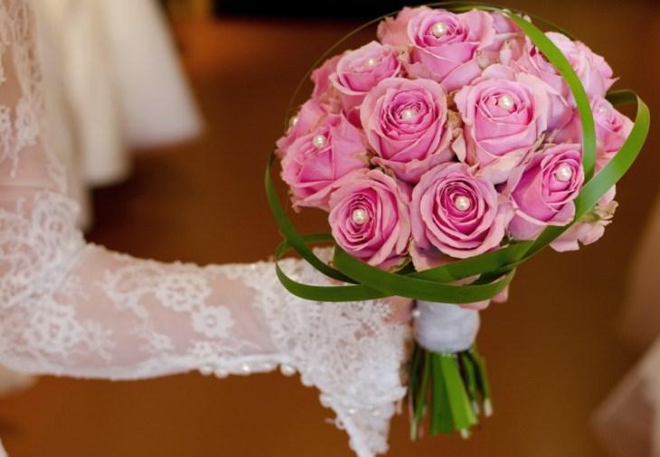 Ein Biedermeier-Strauß aus rosafarbenen Rosen, gespickt mit Perlen