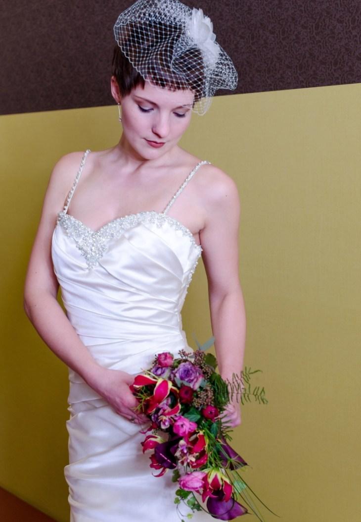Unzählige Perlen zieren den herzförmigen Ausschnitt.
