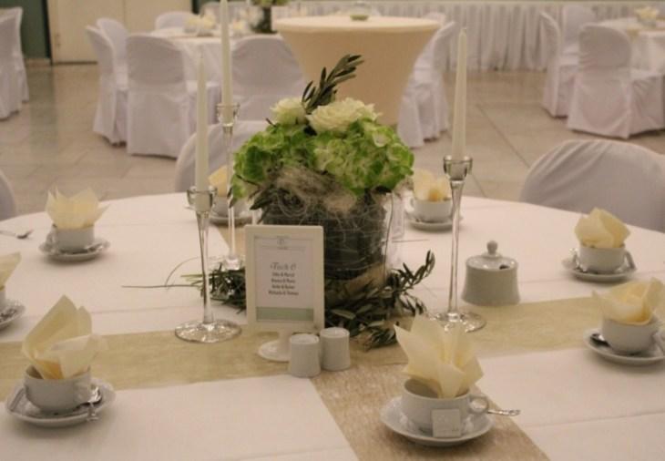 18 Tisch dekoriert rund Banketttisch grün weiß gold creme beige Olive Hortensie Rose