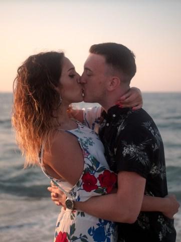 Küssendes Paar im Sonnenuntergang am Strand auf Kreta Kato Gouves Analipsi Hersonissos Crete Couple Wedding Proposal Heiratsantrag Hochzeit Beach