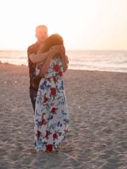 Augen verschlossen Heiratsantrag Überraschung Mann Frau Paar Strand Kreta Heiratsantrag Planung