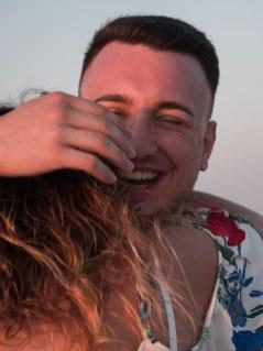 Heiratsantrag Überraschung glücklicher Mann Paar Strand Kreta Heiratsantrag Planung Hochzeitsplanung Wedding Planning