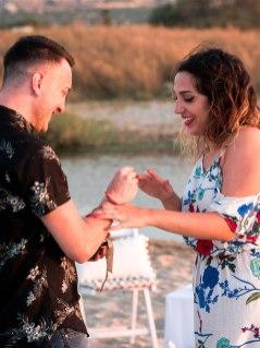 Ring anstecken Verlobungsring Heiratsantrag Überraschung Mann Frau Paar Strand Kreta Heiratsantrag Planung Hochzeitsplanung Wedding Planning