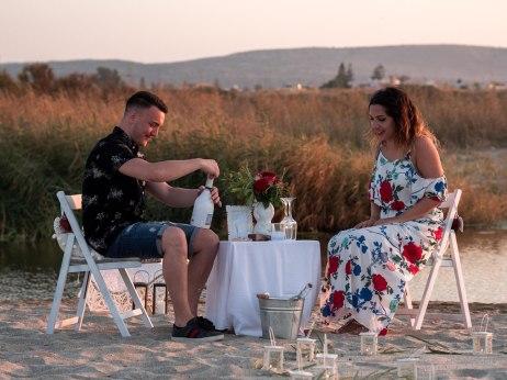 Verlobtes Paar am Strand auf Kreta stoßen mit Sekt an Hochzeitsplanung Planung Planning Crete Grece Griechenland