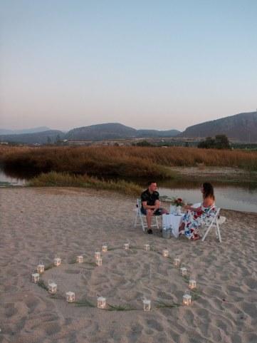 Arrangement für glückliche verlobtes Paar am Strand in Hersonissos Kreta Analipsi Kato Gouves Hochzeitsplanung Planung Dekoration Service