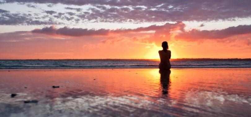 siluetta-di-donna-al-tramonto,-spiaggia,-cielo-di-sera-202635