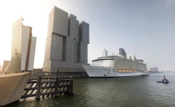 Cruiseschip aangemeerd bij de cruiseterminal aan de Wilhelminapier