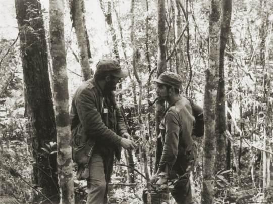 17_Ernesto Che Guevara con Fidel castro in Sierra Maestra_1957©Centro de Estudios Che Guevara
