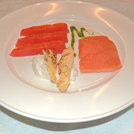 Sushi di Salmone Alaska e Scozzese spuma parmigiano croccante di mandorle