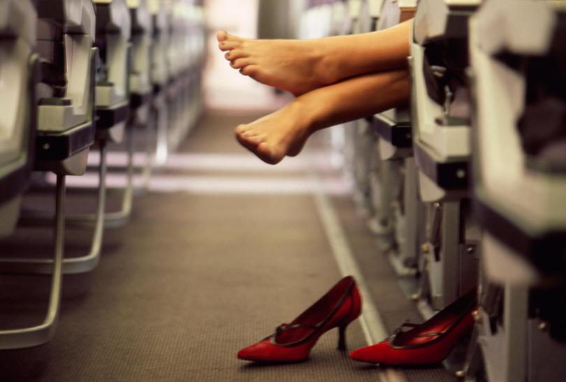 Gambe e viaggi in aereo: come evitare rischi per la loro salute