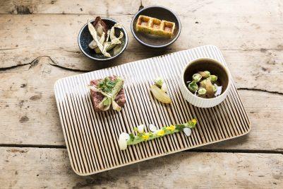tartare di manzo, asparagi verdi, wafer di grano saraceno, topinambur secco