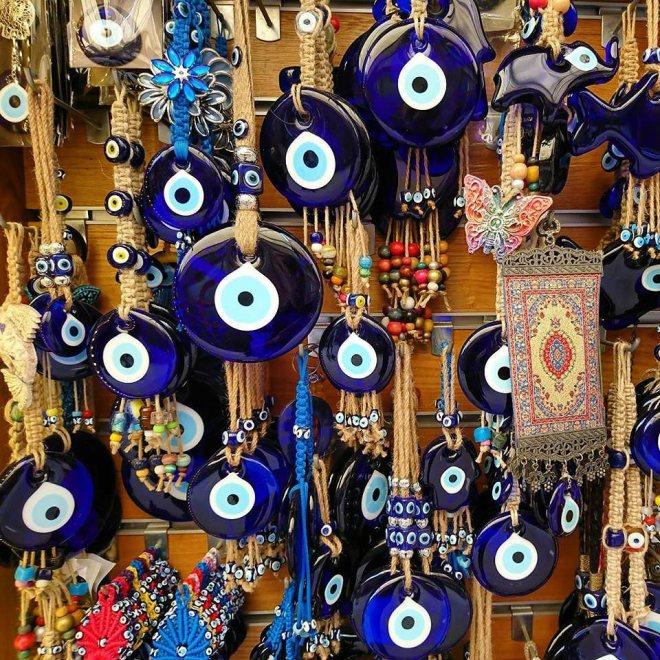 Une belle collection de Nazar boncuk dans le bazar Arasta à Istanbul
