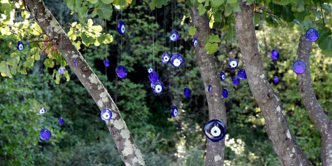 Nazar Boncuk suspendus dans un arbre
