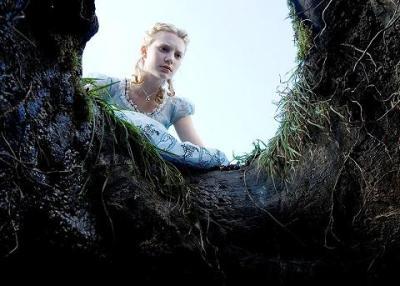 mia wasikowska in alice in wondrland di tim burton