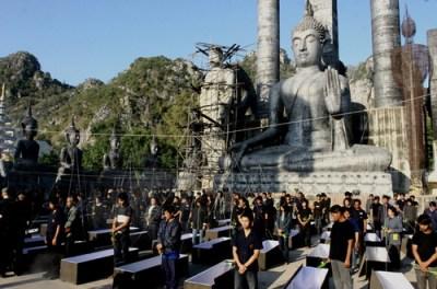 La cerimonia thailandese del Non Loeng Sadorcro nel film La Bara di Ekachai Uekrongtham