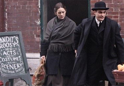 Marion Cotillard e Joaquin Phoenix sul set di Nightingale (Low Life)