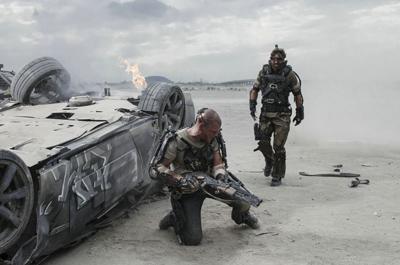 Matt Damon e Sharlto Copley in ELYSIUM di Neill Blomkamp
