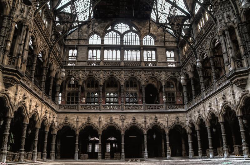 Verlaten pand met prachtige architectuur