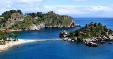 Sicilia, prima isola italiana per estensione, custode di leggende, innovazione e tradizioni, sapori e profumi. L'anticaTrinacria, la terra dei tre promontori, è pronta ad incantare.