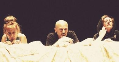 Debutta il 21 novembre nel neonato Off/Off Theatre di Via Giulia a Roma, lo spettacolo A porte chiuse, prodotto da Teatri di Vita, di Andrea Adriatico