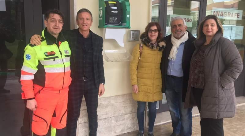 Un defibrillatore semiautomatico DAE è stato sistemato, ed opportunamente segnalato, nella teca adiacente l'ufficio anagrafe in piazza del Municipio.
